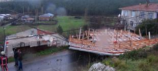 Fırtına İstanbul Pendik'te çatı uçurdu!