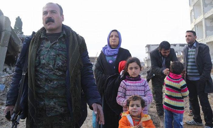 IŞİD saldırıları nedeniyle topraklarını terk ederek Suruç'a yerleşmek zorunda kalan Kobanêliler, kentte IŞİD tehdidi devam ederken guruplar halinde yurtlarına geri dönmeye devam ediyor.