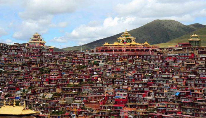 Çin'in gözlerden uzak şirin kasabası Larung Vadisi, dünyanın sayılı Budist enstitülerinden biri. Ve her yıl binlerce Budist, burada din eğitimi görmek için Larung'e gidiyor.