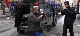 Polis, Berkin Elvan'ı anan protestocuya silah doğrulttu!