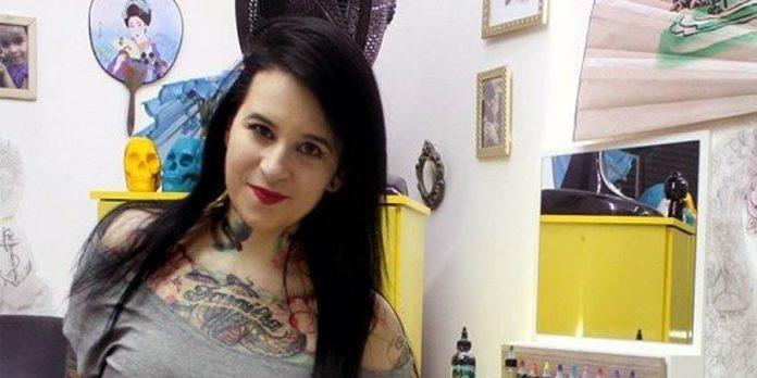 Brezilyalı dövme sanatçısı Flavia Carvalho yaklaşık 2 yıl önce etkilendiği bir olay üzerine şiddet gören kadınların bıçak, kurşun vb. yaralarını dövme yaparak kapatıyor, hem de hiçbir ücret istemeden.