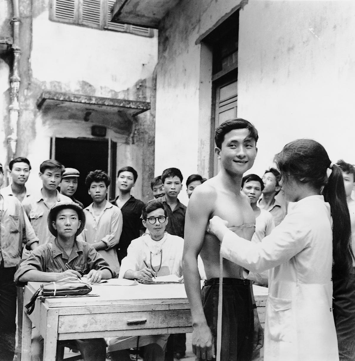 Temmuz 1967, Kuzey Vietnam Ordusuna katılanlar fiziksel testlerden geçerken.
