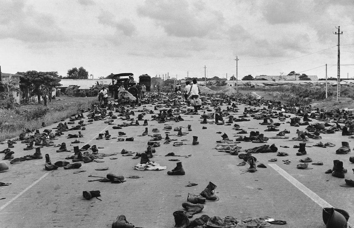 30 Nisan 1975, kimliklerini gizlemek isteyen Güney Vietnamlı askerlerin Saigon'da bıraktığı üniformaları.