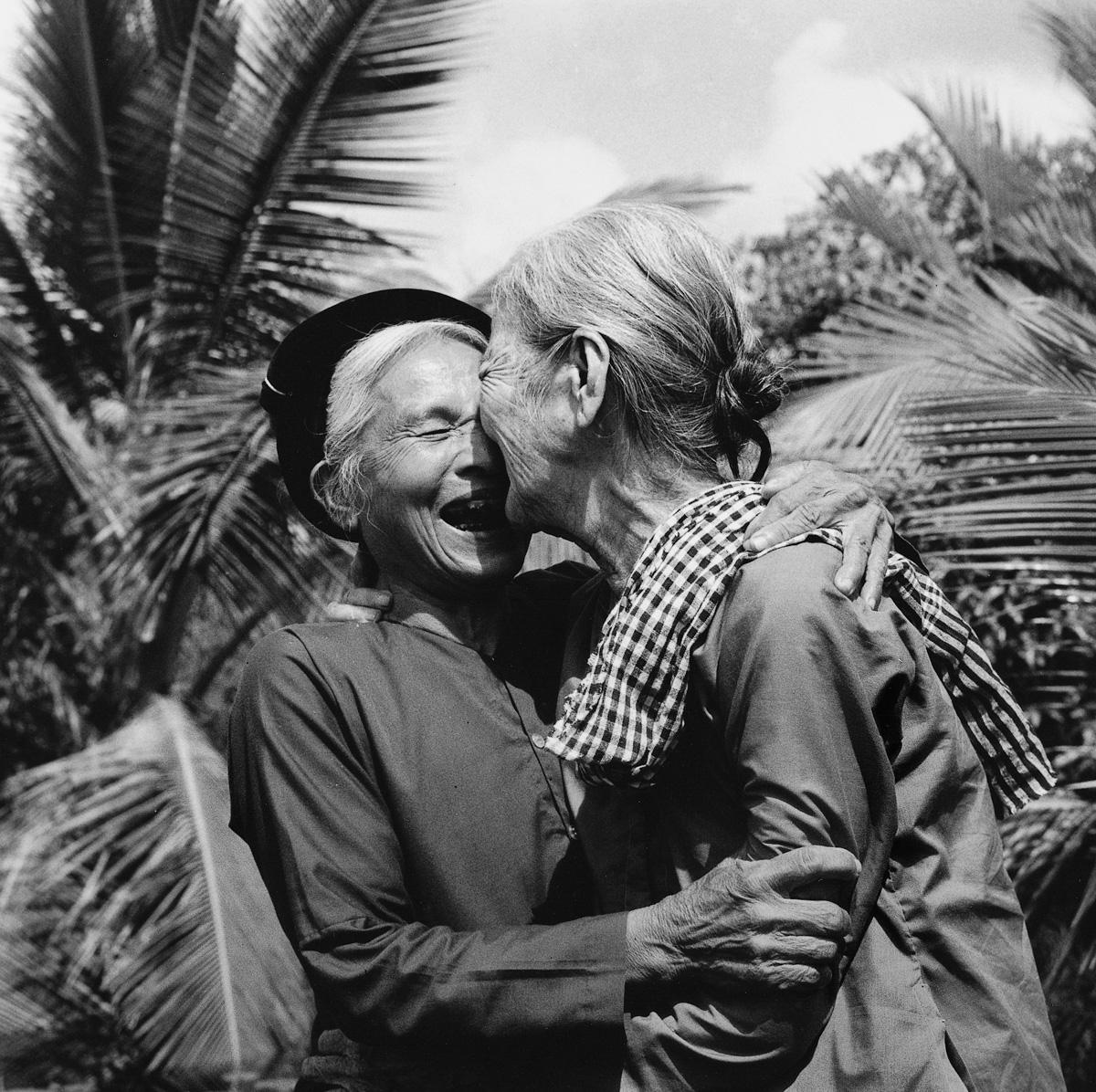 Mayıs 1975, Kuzeyli ve Güneyli Vietnamlıların sevinç kucaklaşması. Vietnam yeniden birleşti ve emperyalist işgale boyun eğmedi.