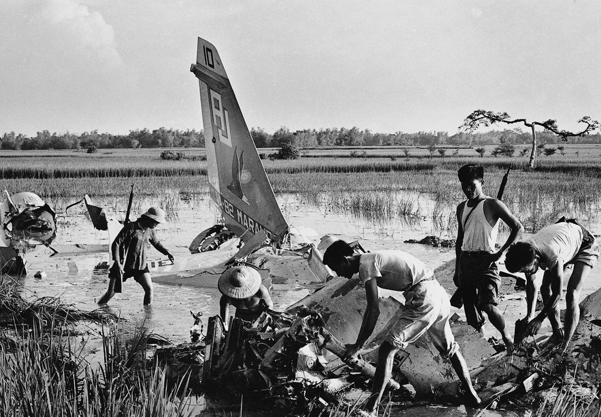 Temmuz 1972, düşürülen ABD uçağını parçalayan Vietnamlı milisler.