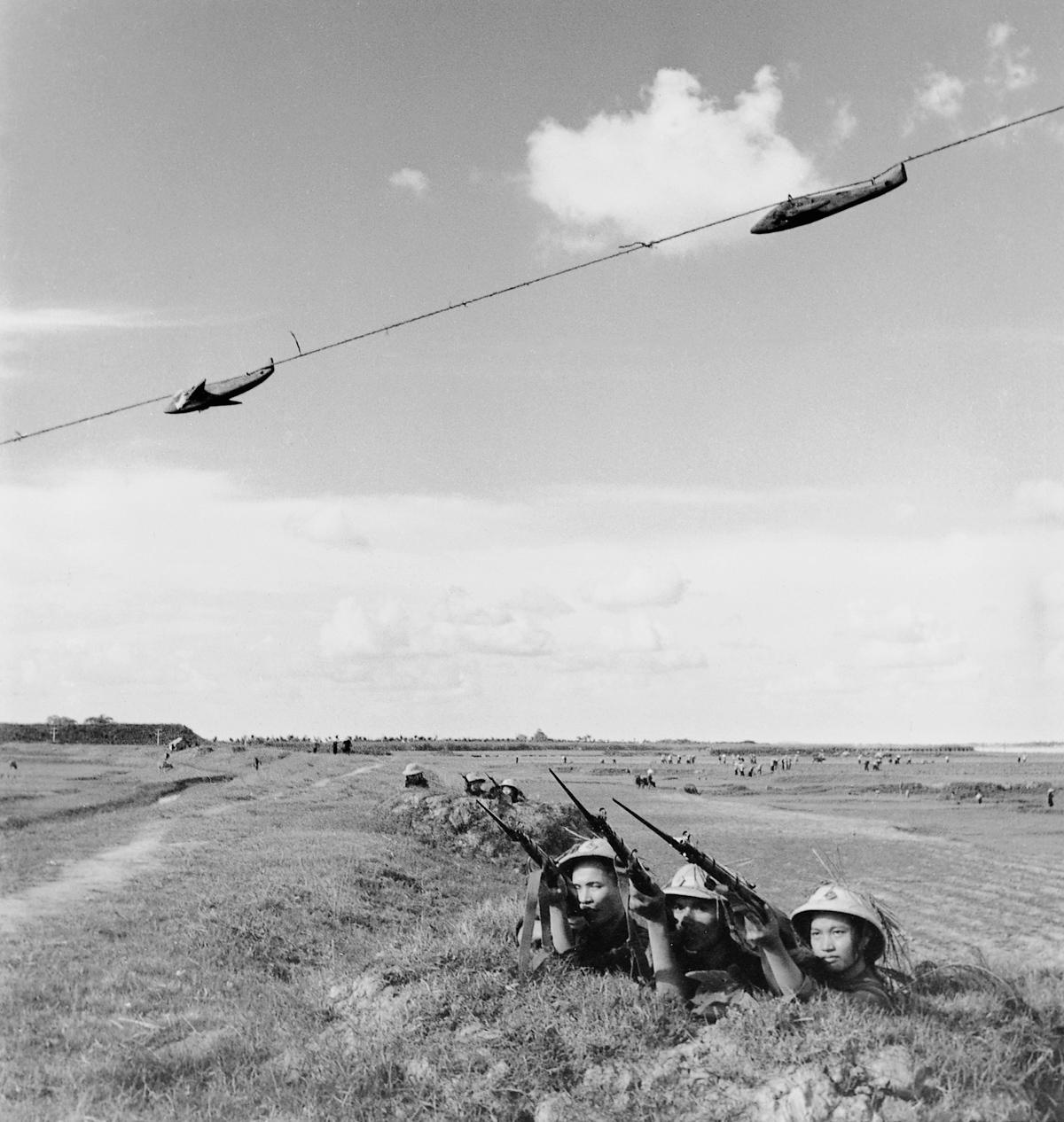 Eylül 1965, Atış taliminde bulunan Viet Cong gerillaları.