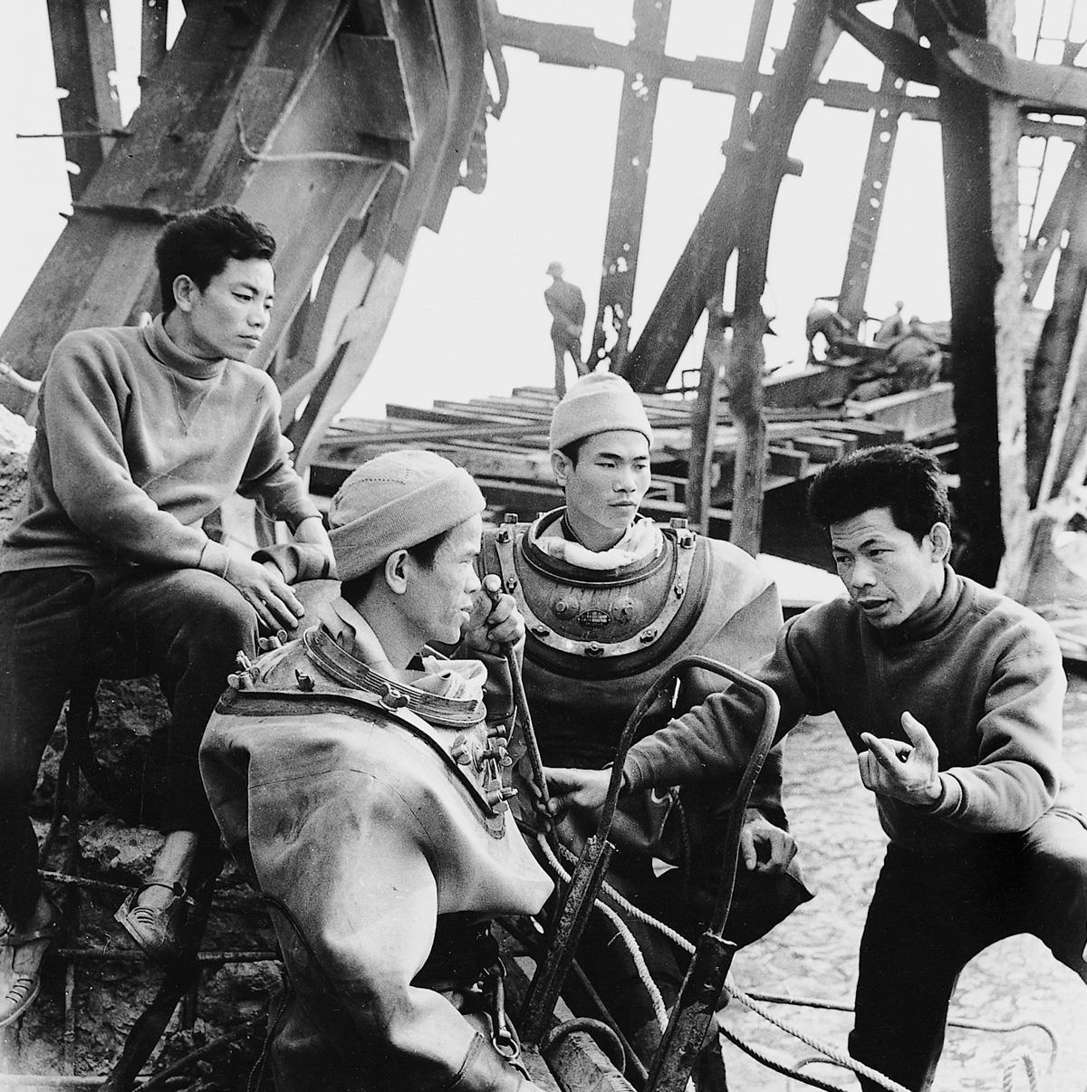 1973, bombalanan Ham Rong köprüsünün tamir eden işçiler.