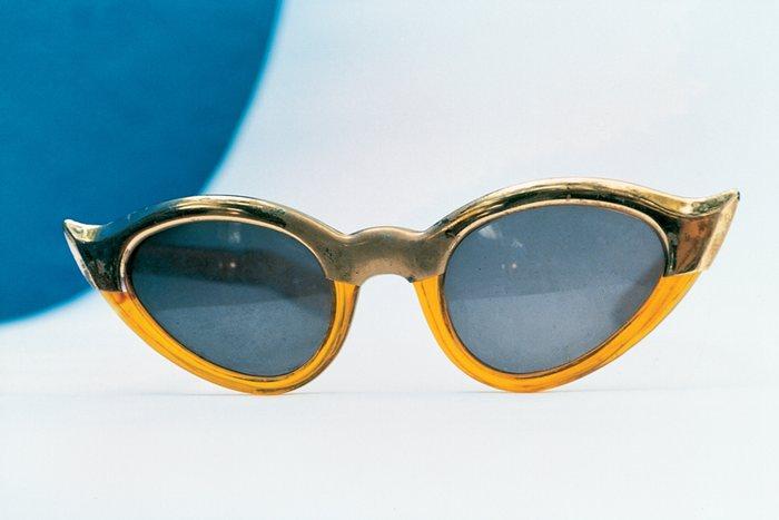 Frida'nın kedi gözü şekilli güneş gözlüğü...