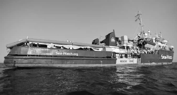 Kurtardığı göçmenlerle limana yanaşmasına izin verilmeyen kaptan: İntiharlardan korkuyoruz