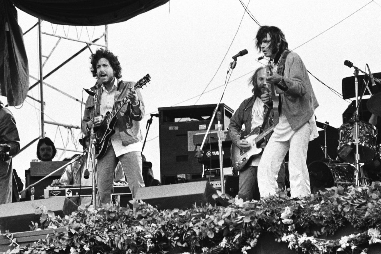 Bob Dylan ile Neil Young, 25 yılın ardından aynı sahnede