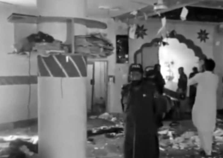 Pakistan'daki camide cuma namazı kana bulandı: Dört kişi öldü