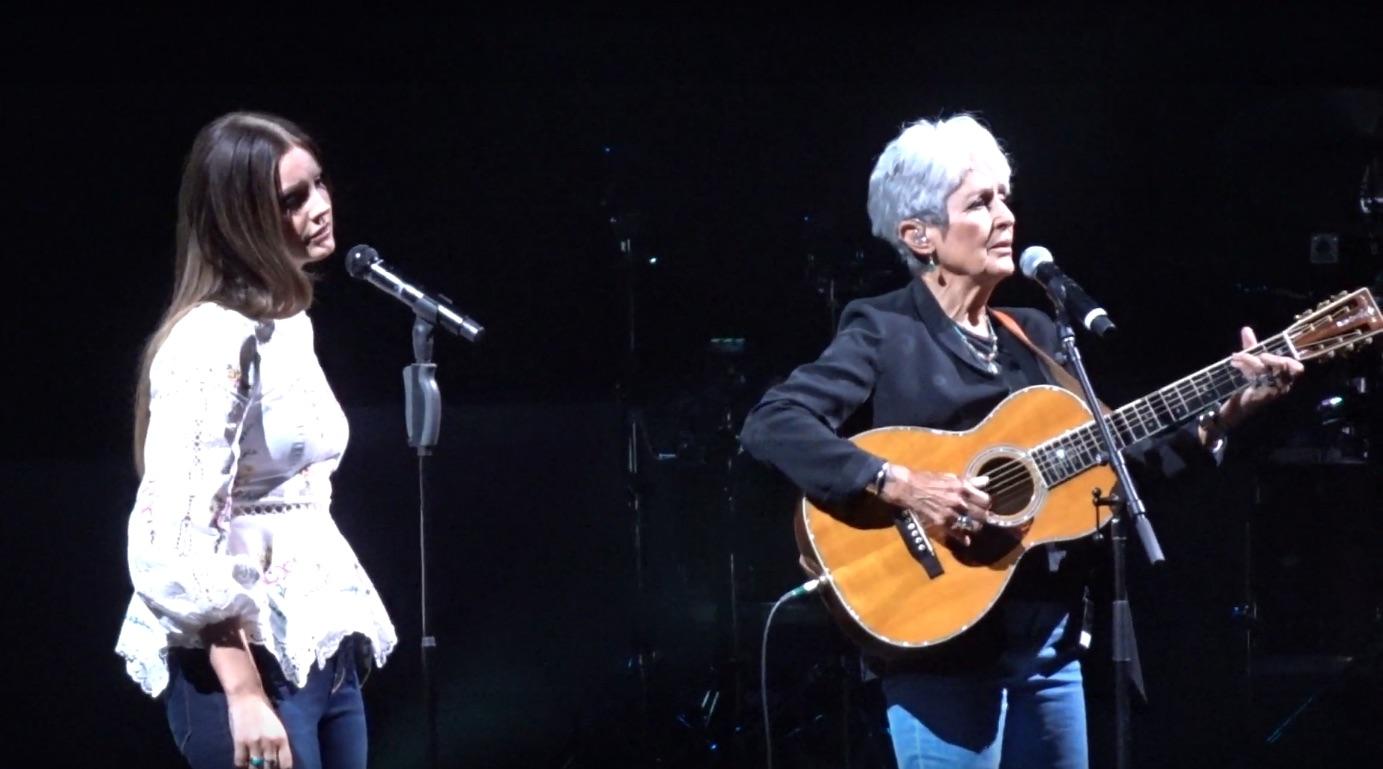 Lana Del Rey ve Joan Baez, aynı sahnede Bob Dylan şarkısı seslendirdi
