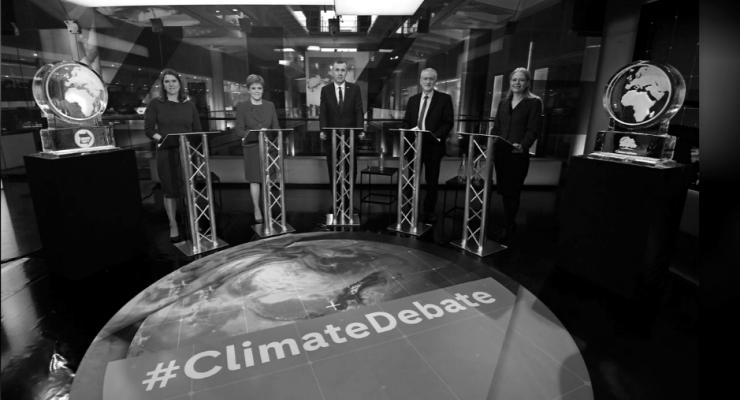 İklim krizinin tartışıldığı canlı yayına katılmayan Johnson'ın yerine buzdan dünya heykeli konuldu