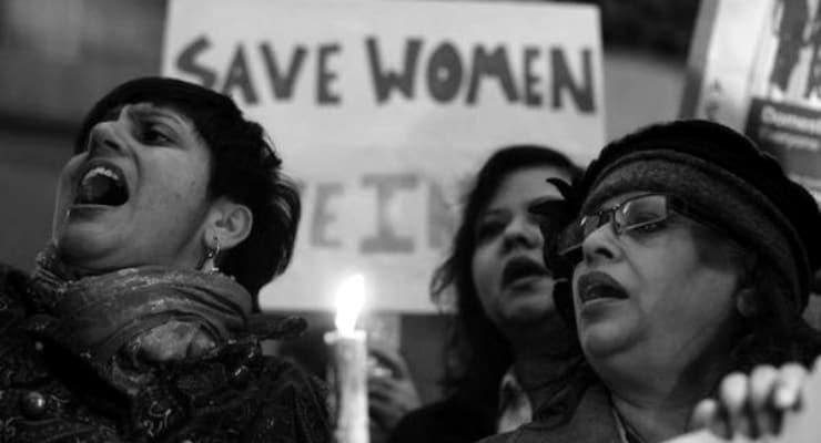 Tecavüz ettikleri gerekçesiyle açtığı davayı izlemeye giderken ateşe verilen Hintli kadın hayatını kaybetti