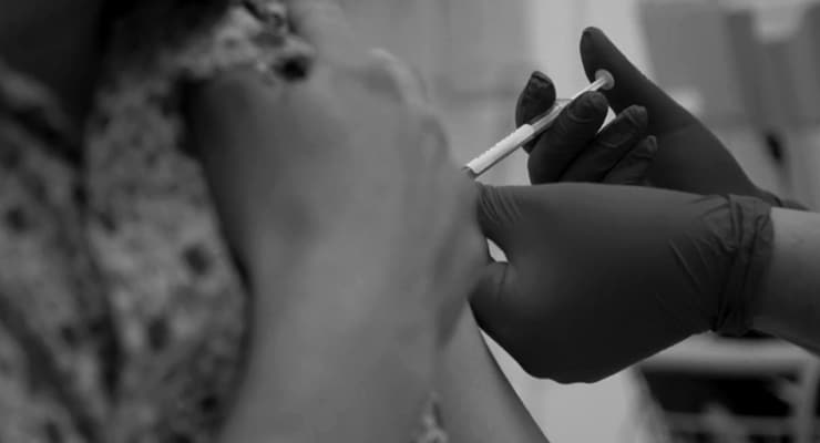 Oxford'un 'corona' aşısı çalışmalarına bir deneğin hastalanması üzerine ara verildi