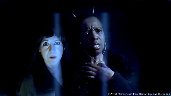 Salyangoz rollerini Lore Lixenberg (solda) ve Nadine Benjamin üstleniyor.