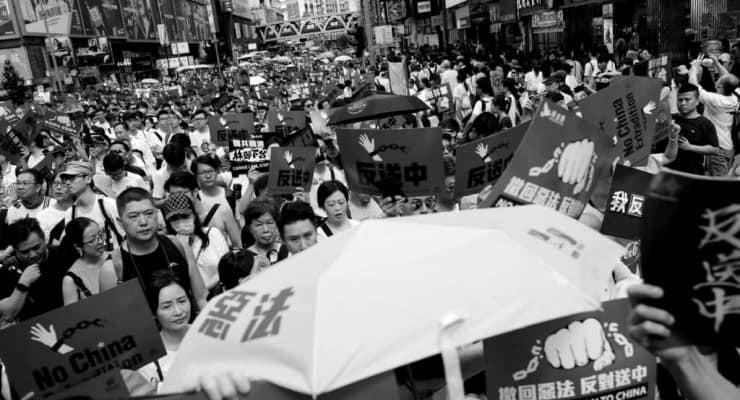 Hong Kong polisi yeni güvenlik yasası sonrası ilk protestoda 300'den fazla kişiyi tutukladı