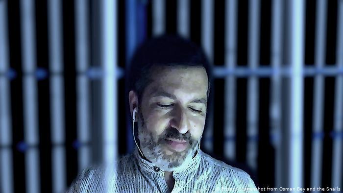 Osman Kavala'yı canlandıran Darren Abrahams, kendi sahnelerini Brighton kentindeki evinde çekmiş.