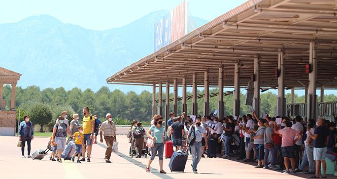 Antalya'ya hafta sonu hava yoluyla 72 bin 479 turist geldi
