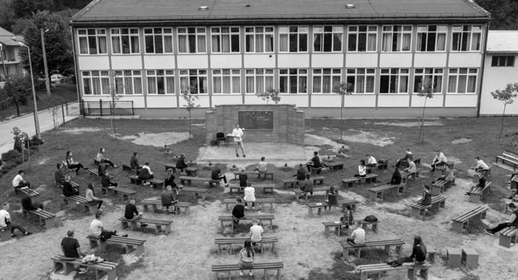 Bosna Hersek'te  öğretmenler öğrencileri 'corona'dan korumak için açık hava sınıfları yaptı