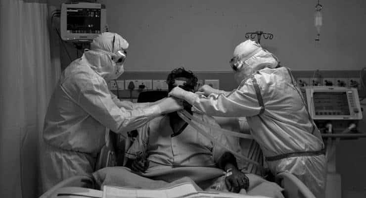Oksijen tüplerinin geç ulaştığı Pakistan'daki hastanede altı hasta hayatını kaybetti